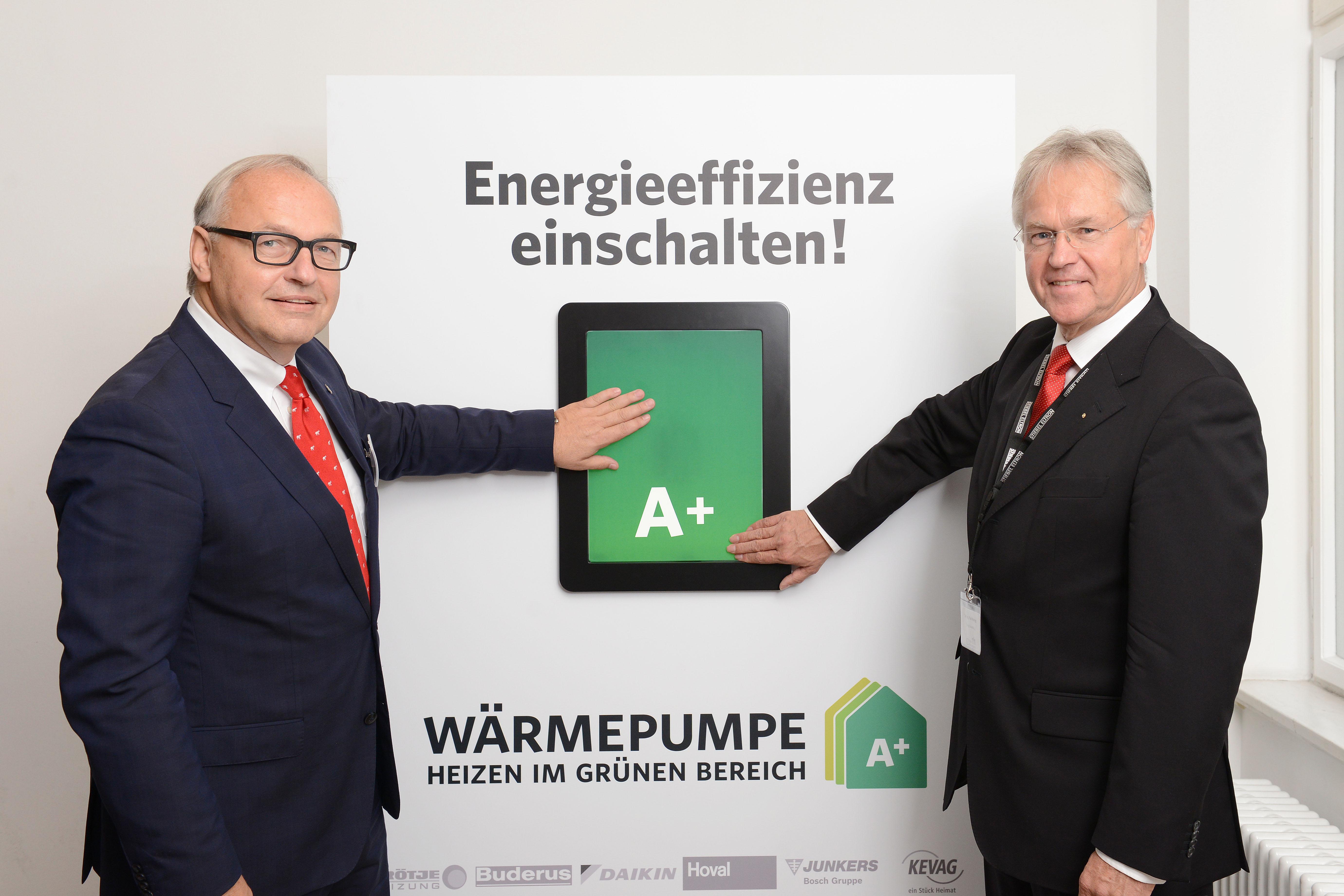 """Energieeffizienz einschalten: Der Bundesverband Wärmepumpe ließ Prominenz aus Politik, Wissenschaft und Industrie öffentlichkeitswirksame die """"Energieeffizienz einschalten!"""" Hier am Zuge: Karl-Heinz Stawiarski, BWP-Geschäftsführer und Paul Waning, BWP-Vorstandsvorsitzender."""